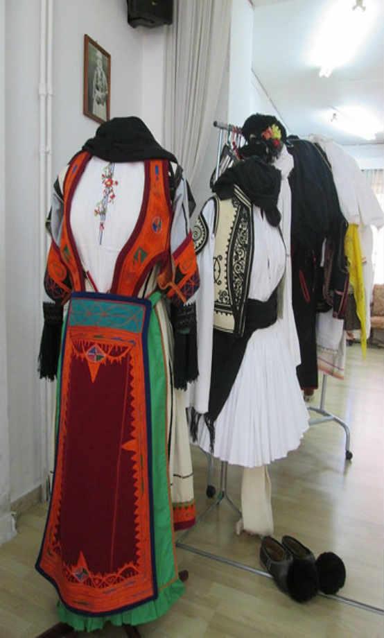 2014-04-03:Παρουσίαση Φορεσιών στη Β Τάξη του Δημοτικού των Εκπαιδευτηρίων Πάνου που εδρεύει στη Ναύπακτο