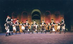 2002-07-15_Αρχαίο Ωδείο_Ο Πέτρος Γαϊτάνος τραγουδάει και το Λύκειο Ελληνίδων χορεύει
